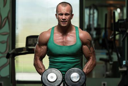 通过哑铃如何锻炼胸部肌肉